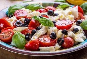 Insalata caprese alle olive condita con Origano
